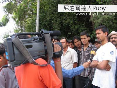 5月28日,皇宮前聚集了人群,記者訪問其中一個路人。