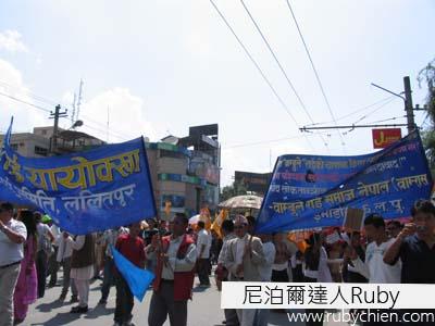 5月28日,國際會議中心前的遊行人群。