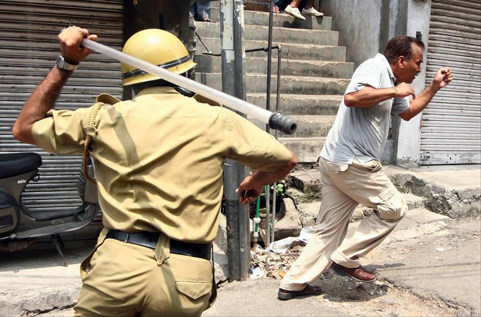 軍警毆打民眾。