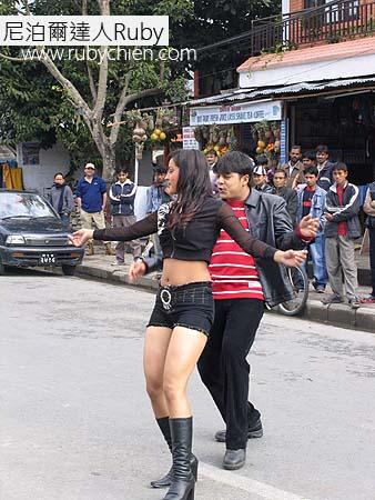 湖區大街上,電影的歌舞片段。