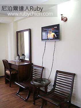 梳妝台、茶几座椅、電視……,客房設備齊全。