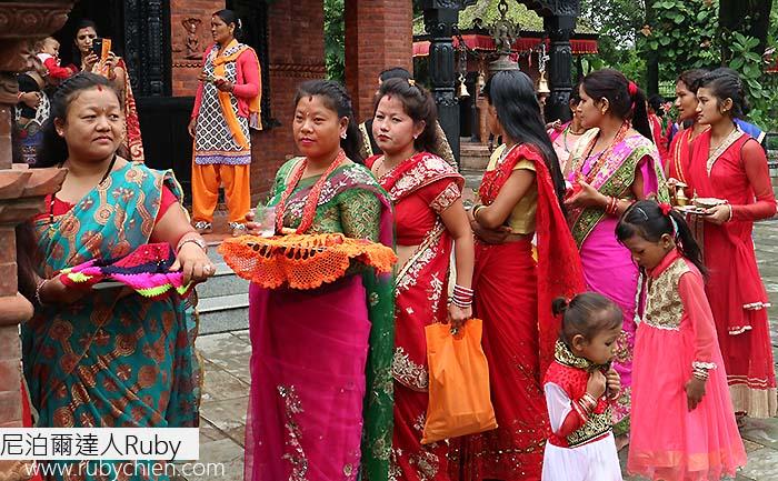 穿上亮麗服飾的婦女,在Teej這天來到濕婆神廟祈禱。