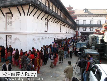排隊要進入塔蕾珠神廟的人龍。
