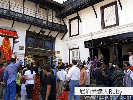 哈努曼門前聚集的民眾,等著官方發送的Jamara。