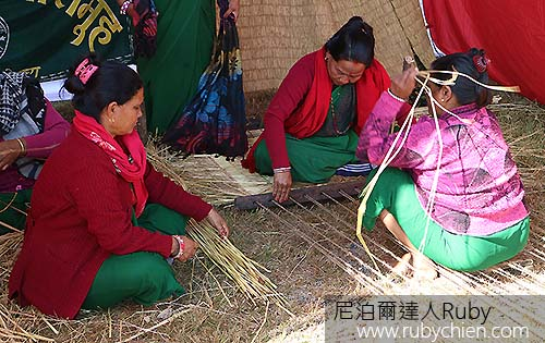 婦女編製草蓆