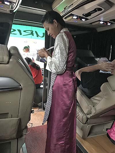 車掌小姐記錄每位乘客要喝茶或咖啡。