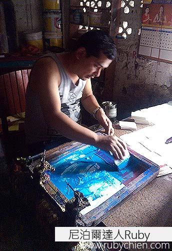 尼泊爾印刷行採用台灣已少見且昂貴的手工絹印