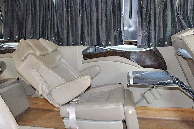 座椅可後躺,腳靠可升起,還可自前座椅背放下小桌板使用。